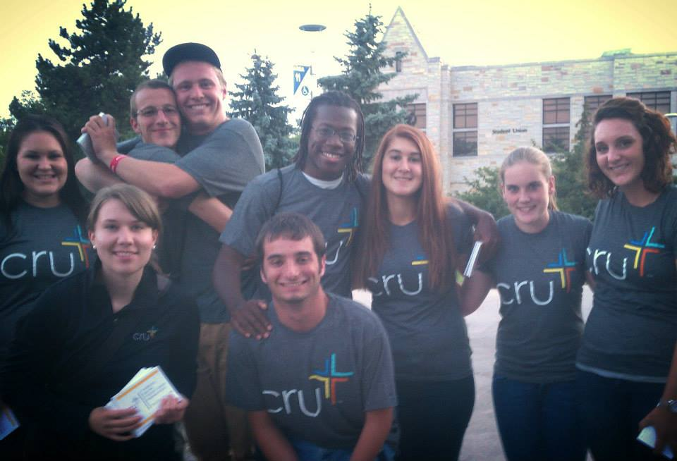 Students in Cru Shirts passing out flyers (Sami Wagers)